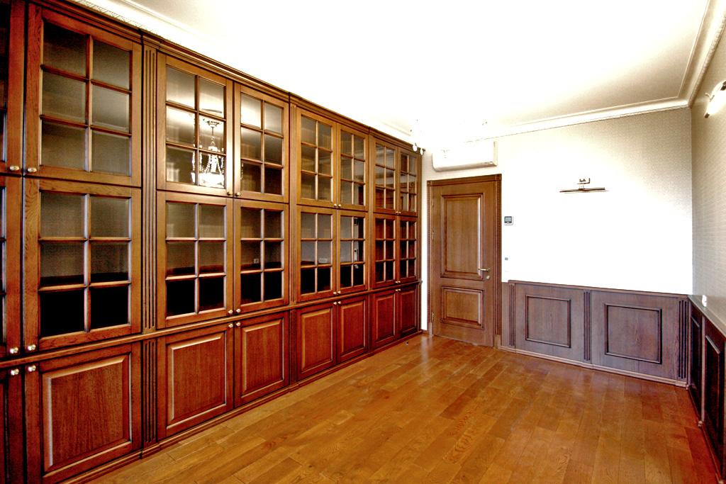 Мебель для кабинета-библиотеки из массива дерева и мдф.