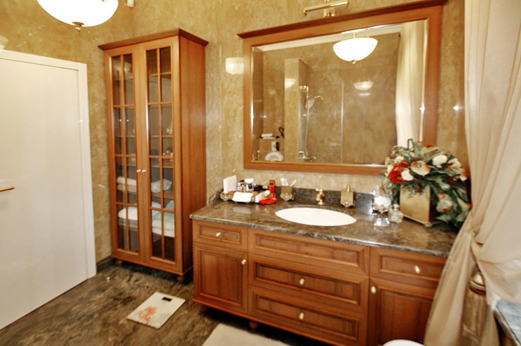 элитная мебель для ванной из массива дерева и мдф на заказ